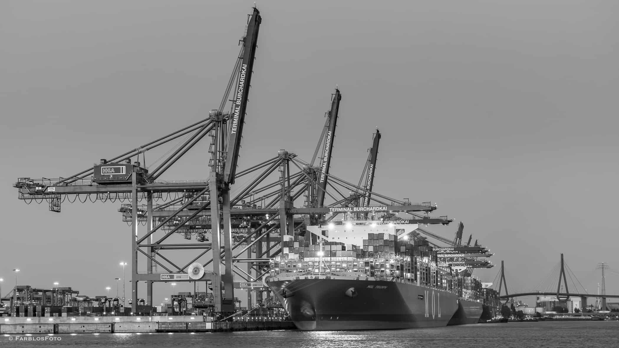 MOL Triuph in Hamburg zur Zeit größtes Containerschiff der Welt