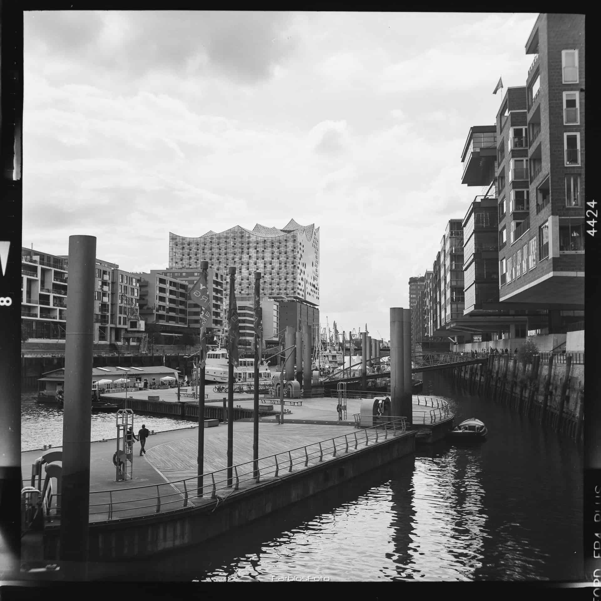 Traditionsschiffhafen / Sandtorhafen mit Elbphilharmonie im HIntergrund