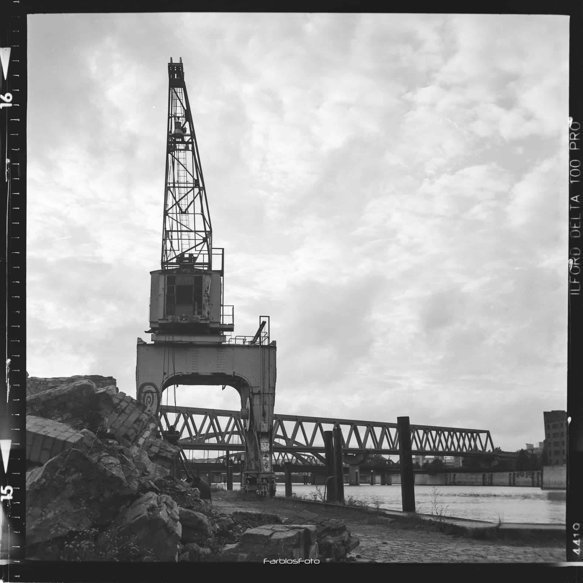 Alter Kran am Billhafen auf Ilford Delta 100 Pro