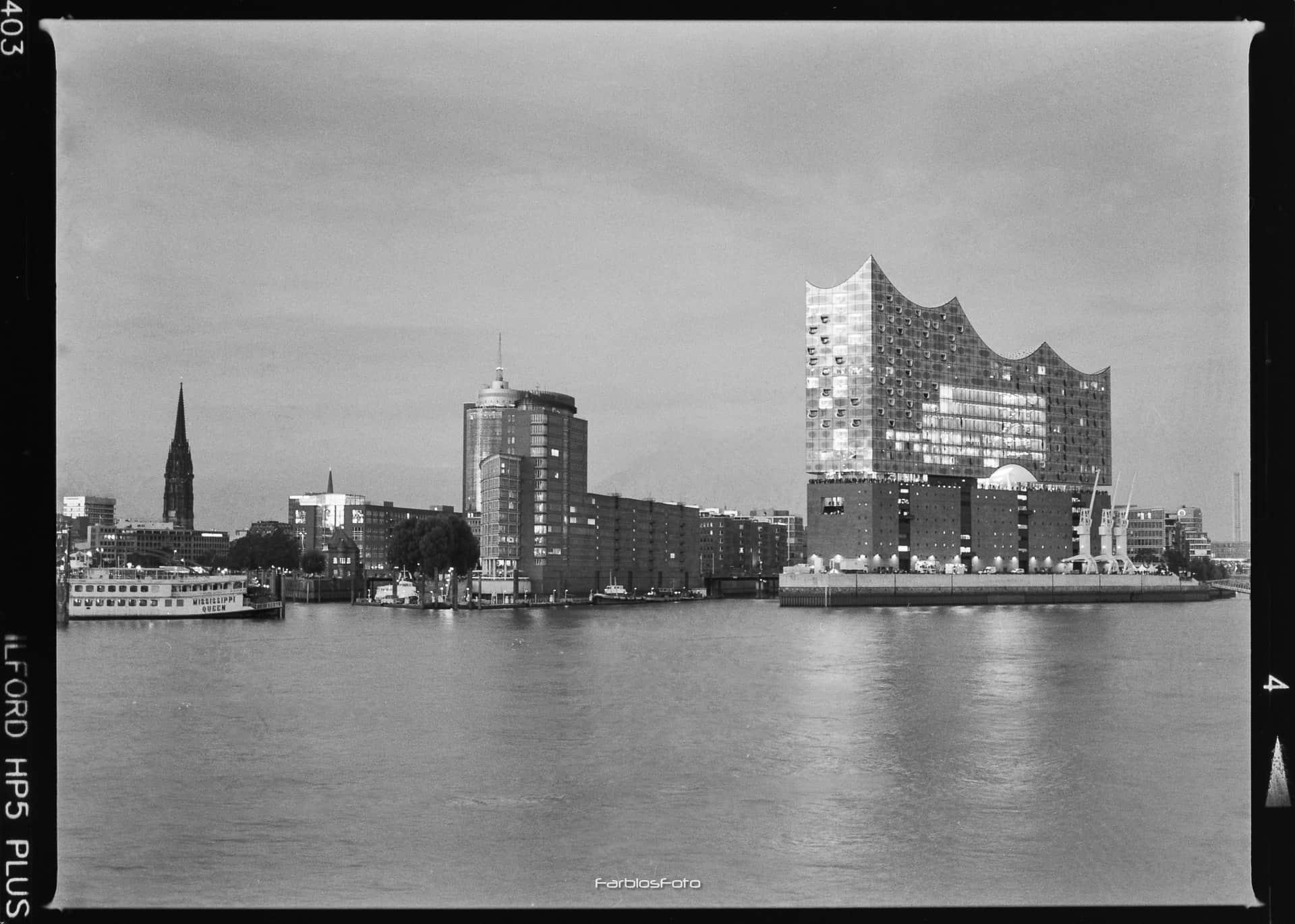 Aufnahme der Elbphilharmonie | Mamiya M645 1000s | Ilford HP5