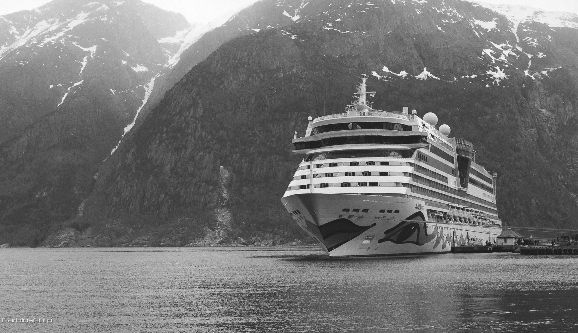 AIDAluna im Eidfjord aufgenommen mit Hasselblad 55CM