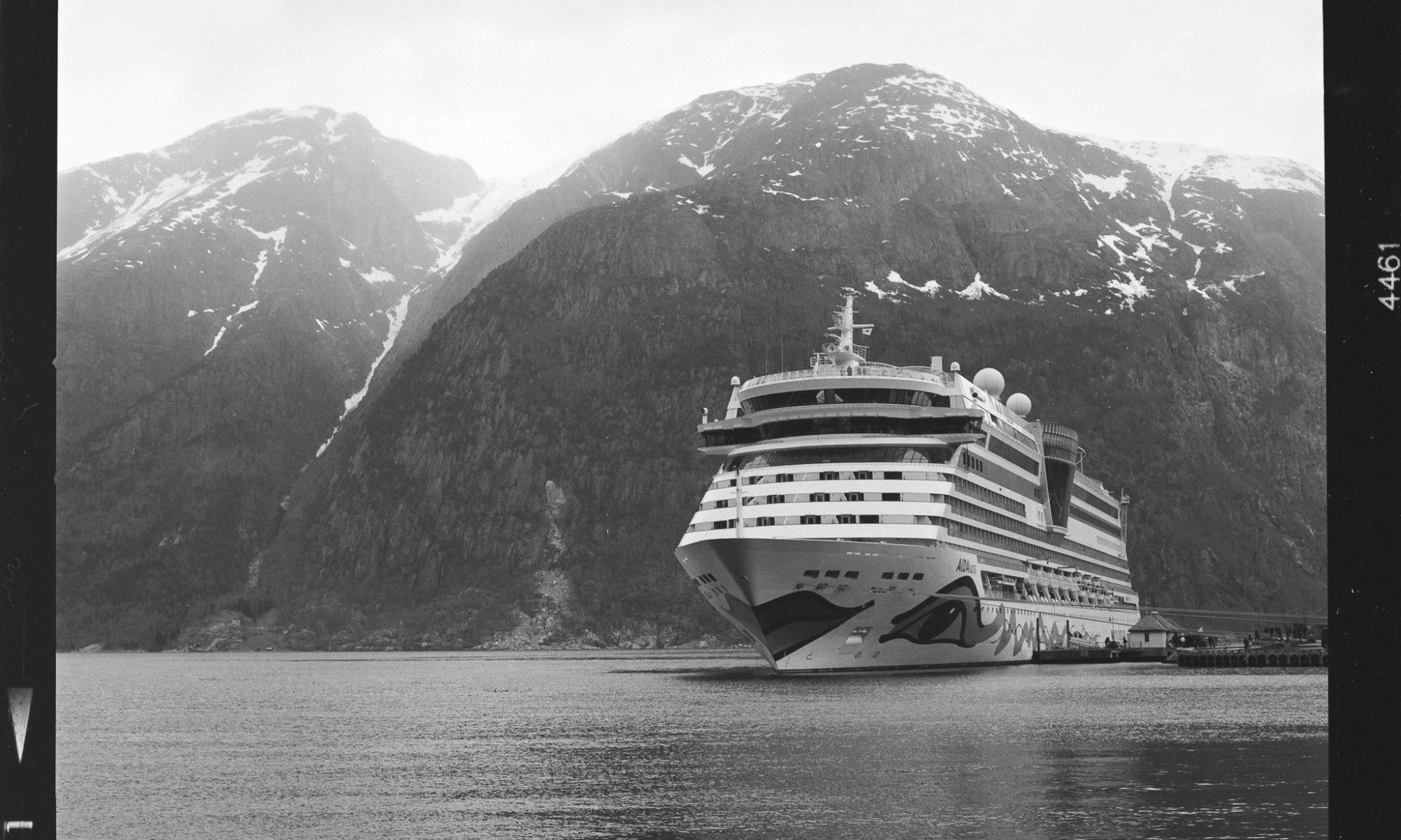 AIDAluna im Eidfjord - Aufgenommen mit Hasselblad 500CM auf Ilford Delta 100 Pro