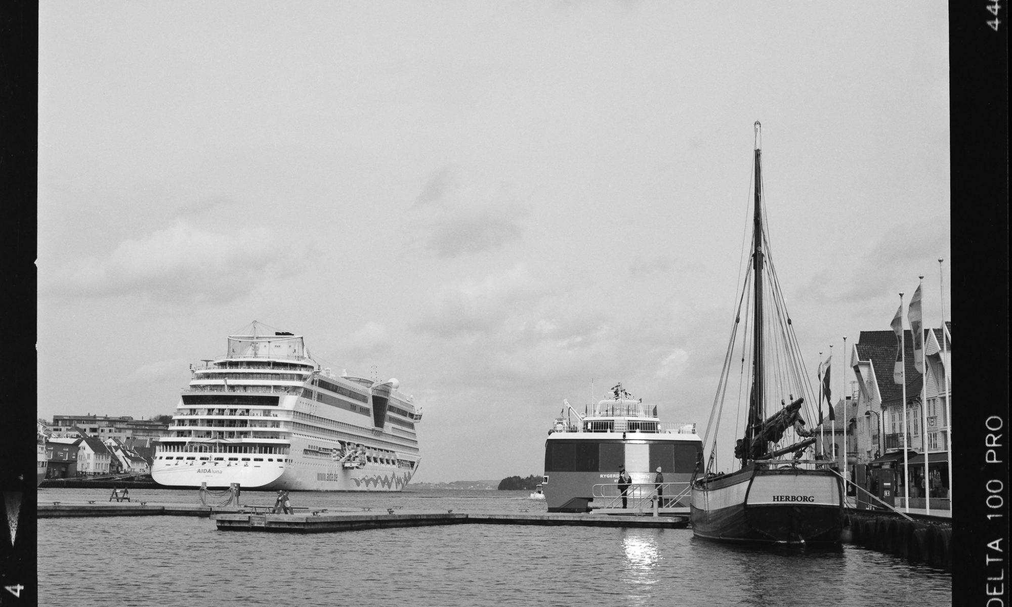 AIDAluna in Stavanger - Aufgenommen mit Hasselblad 500CM auf Ilford Delta 100 Pro