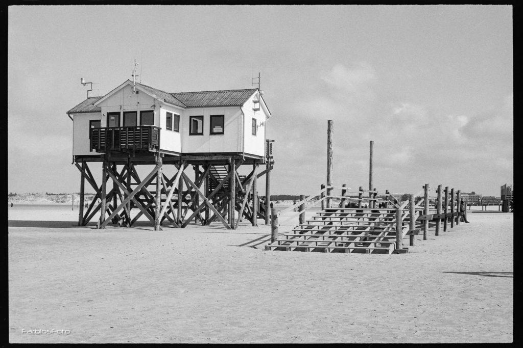 DLRG Station Sankt Peter-Ording - Aufgenommen mit Canon EOS5   EF 50mm f/1.8 STM   Ilford FP4